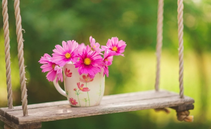 pink-bouquet-flowers-in-a-cup-of-coffee-hd-wallpaper_5120x3200